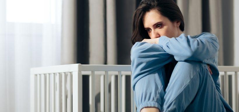 Jeune femme en pleine dépression post-partum